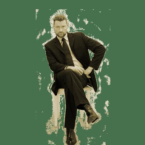 SM Master Dominus.Berlin alias Master Andre leger in Hemd, Anzug und Schlips