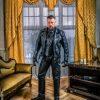 SM Master Andre alias Dominus Berlin in Luxus Zimmer im Studio Luix Berlin bekleidet mit Lederuniform