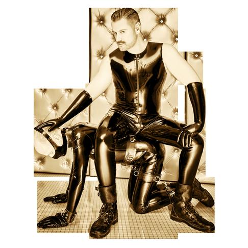 SM Master Dominus.Berlin alias Master Andre in Latex und auf Sklave in Rubber sitzend