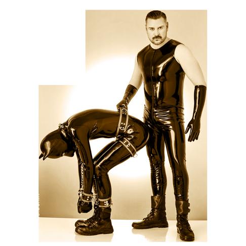 Fetisch Erotik in Rubber Outfit mit SM Master Andre alias Dominus.Berlin und Sklave Des Dominus Diener als Hund gekleidet