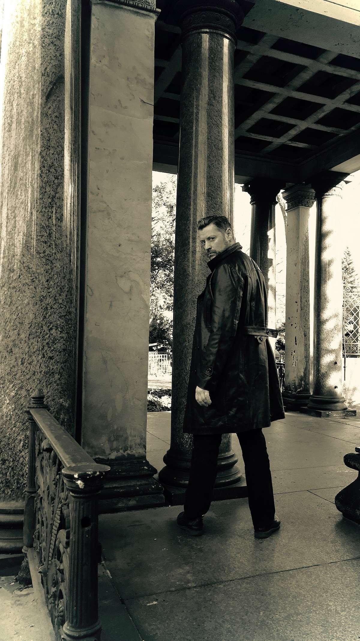 SM Master Dominus.Berlin alias Master Andre in Leder Mantel auf Sklave wartend und bereit fuer Fetisch Session