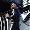 Bizarr Inszenierung von Ueberlegenheit in Maschinenhalle durch SM Master Andre alias DominusBerlin in Leder Kleidung