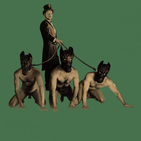 SM Master DominusBerlin alias Master Andre in Frack und Zylinder mit drei Sklaven nackt und mit Hundemaske an der Leine