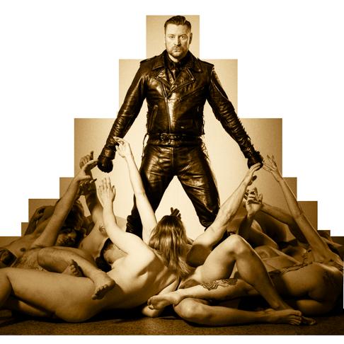 BDSM Kult Master Andre alias Dominus.Berlin in Leder Outfit und Nackt Sklaven in Ehrfurcht und Verlangen