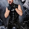 Fetisch Aktion mit Master Andre alias Dominus Berlin in schwarzem Latexanzug an den Handschuhen aus Rubber leckend