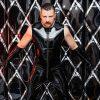 SM Master Dominus Berlin alias Master Andre in Latex Kleidung frontal vor einer Wand aus schwarzem Latex bereit für BDSM Spiel